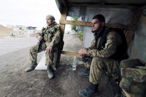 Soldados ucranianos vigilan un puesto de control en el sur de Ucrania. (EFE)