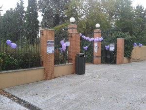 Entrada al parque, con globos de Podemos.  (NS)