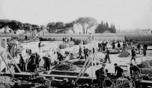 Presos, en 1942, en las obras de construcción de la cárcel de Carabanchel. (E. Amberley).