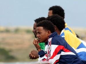Supervivientes del naufragio del barco de inmigrantes registrado frente a la isla de Lampedusa. (EFE)