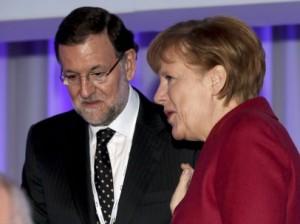 Merkel y Rajoy conversan durante una reunión comunitaria (EFE).