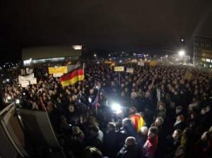 Miles de personas participan en la novena manifestación semanal convocada por Pegida (PEGIDA).