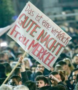 Un cartel irónico contra Merkel, ayer por la noche en Grecia. (EFE)