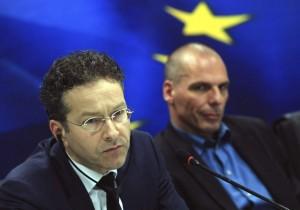 Varoufakis, en segundo plano, durante su comentada rueda de prensa con el jefe del Eurogrupo.