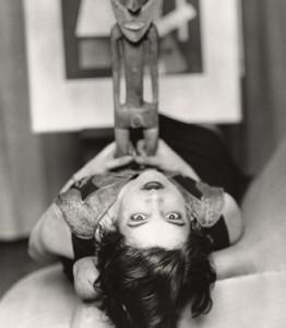 Foto de Man Ray de la artista y modelo Simone Kahn con un ídolo africano (Galería Manuel Barbié - Colección Manuel Barbié-Nogarés)