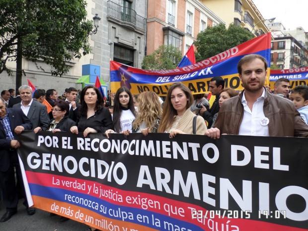 Metaksya, segunda por la izquierda, de negro sosteniendo una pancarta en la marcha del pasado día 26 en Madrid.