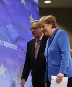 Juncker y Merkel, en una reciente reunión. (EFE)