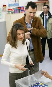Los entonces príncipes de Asturias, votando en el referéndum constitucional. (EFE)