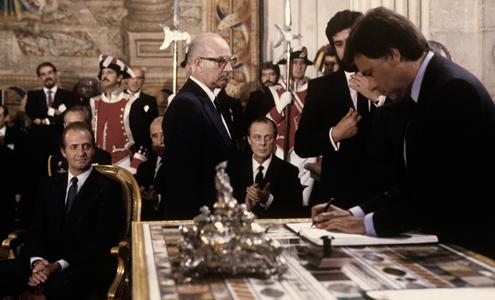 Felipe González firma el documento de Adhesión en 1985 (FUENTE: Ministerio de Exteriores)