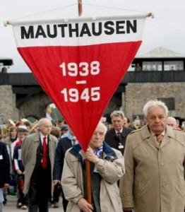 Miembros del Comité Internacional de Mauthausen, en los exteriores del que fuera campo de extermino nazi. (ARCHIVO / 20MINUTOS)