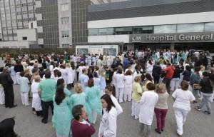 Unos 200 trabajadores del hospital universitario La Paz piden la dimisión de la ministra de Sanidad, Ana Mato. (Ángel Díaz/EFE)