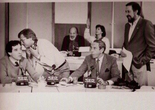 Iñaki Gabilondo, Pepe Domingo Castaño, Joaquín Prat y Mariano de la Banda en primer plano, durante una emisión del programa Onda Media, aquí la SER en los años 80. Al fondo, Elicio Dombriz y Clara Navío. Imagen: Cadena SER.