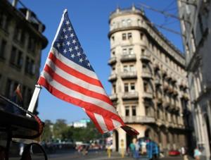 Una bandera de Estados Unidos ondeando sobre un bicitaxi este miércoles en una calle de La Habana. (EFE)