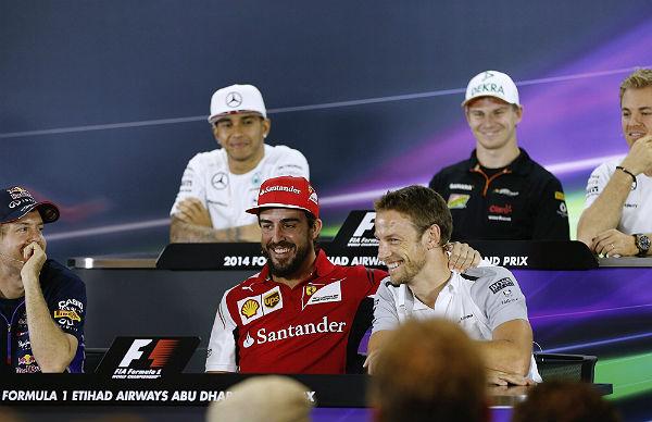 Alonso y Button, bromeando en la sala de prensa del Yas Marina (Foto: Efe).