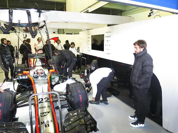 Alonso observa el trabajo de Button en el box de Mclaren en Jerez (Foto: McLaren).