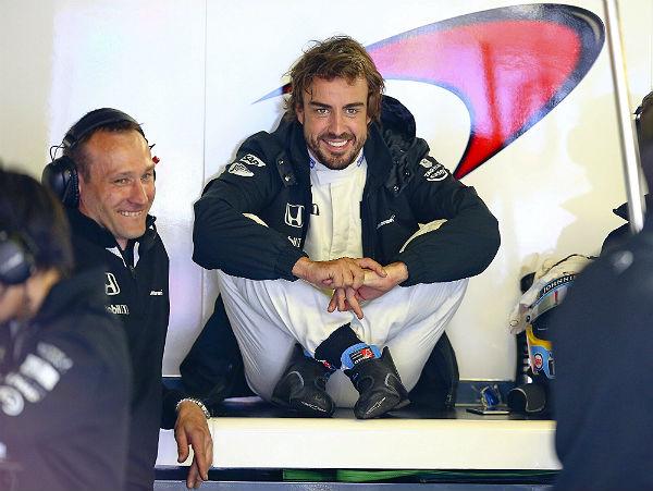 Alonso sonríe en el box de McLaren en Mónaco. (Foto: Efe).