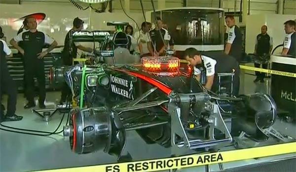 El coche de Alonso, en la UVI en el box de McLaren en Silverstone.