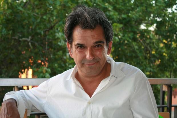 Miguel Mora trabaja, junto a Miguel Ángel Aguilar, en el lanzamiento del semanario Ahora. Foto: Elisa M. Andrade.