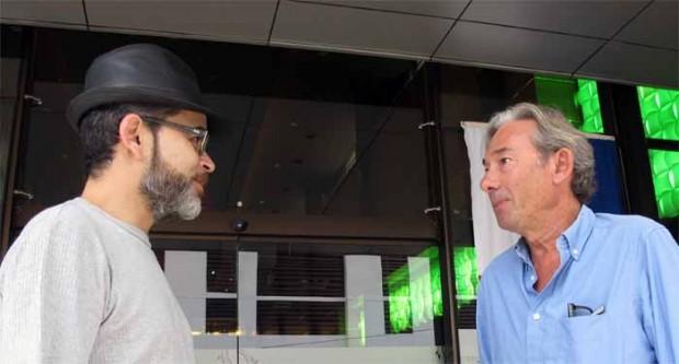 Salvador Frausto conversa con Enric González en un  descanso del seminario sobre Desigualdad que se celebró, del 11 al 13 de noviembre, en Panamá.