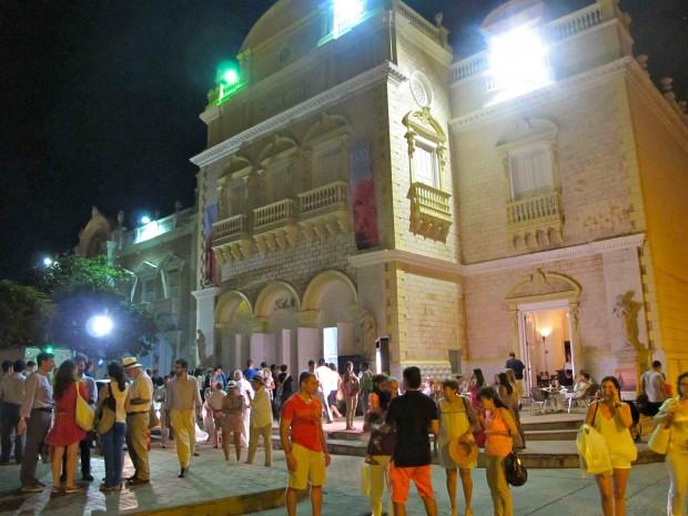 Salida de la tertulia en la que participó Antonio Caño sobre si resiste la prensa la presión política y financiera, Teatro Adolfo Mejía, Cartagena de Indias. Foto: FGM-