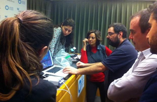 Stéphane M. Grueso, en el centro, impartiendo un taller en la Asociación de Periodistas de Aragón. Foto:  FGM