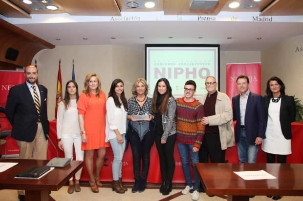 Julia Otero, en el centro, en la foto de familia de entrega del Premio Nipho de periodismo,