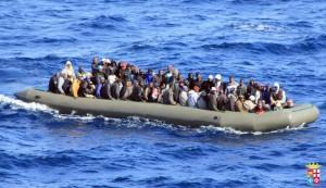 Una barcaza con inmigrantes africanos a bordo, cerca de la costa italiana de Lampedusa. (EFE)