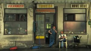 Dos hombres delante de un comercio en Sarajevo (Bosnia) -FLICKR/ Anthony Guennegou