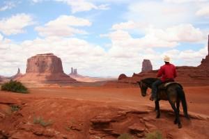 Un hombre navajo cruzando su territorio en caballo, su habitual modo de transporte / Lorenzo Ridi