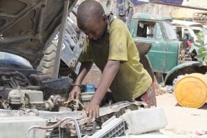 Flickr. IPS. Hassan Abdullahi Daule, de 11 años, trabaja 12 horas por día en un taller mecánico de Mogadiscio