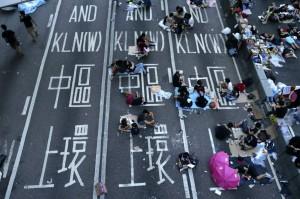 Manifestantes en favor de la democracia duermen frente a las oficinas del Gobierno, durante el quinto día de desobediencia civil en Hong kong (China). Las autoridades chinas han suspendido durante una semana las visitas turísticas de grupos a Hong Kong desde el resto del país. (Dennis M. Sabangan / EFE)