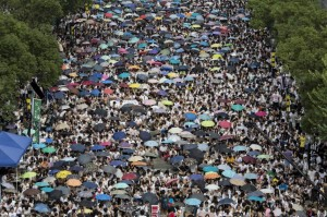 Miles de estudiantes iniciaron una huelga de cinco días sin precedentes en Hong Kong para protestar por las restricciones al sufragio universal en las elecciones generales de 2017, impuestas por el Gobierno chino. Unos 10.000 estudiantes, según los organizadores, se congregaron en la explanada de la Universidad de China en Hong Kong para secundar el parón universitario e iniciar la protesta masiva. (Jerome Favre / EFE)
