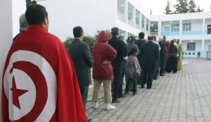 Imagen de archivo de tunecinos esperando para votar