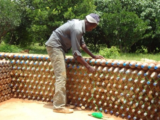 Botellas de pl stico para resolver el problema de la vivienda en nigeria goldman sachs is not - Como solucionar problemas de condensacion en una vivienda ...