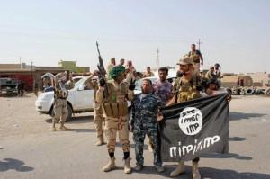 Milicianos chiies sostienen una bandera del grupo Estado Islamico en Bagdad. (GTRES) / Archivo