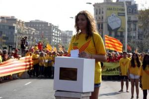 Una manifestante deposita su voto en una urna en la manifestación por el derecho a decidir el pasado 11 de septiembre / ACN