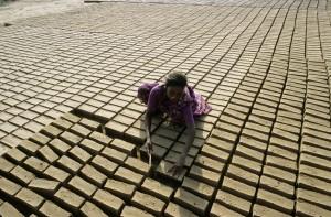 Una niña trabaja en la india (Jean-Baptiste Rabouan. GTRES)