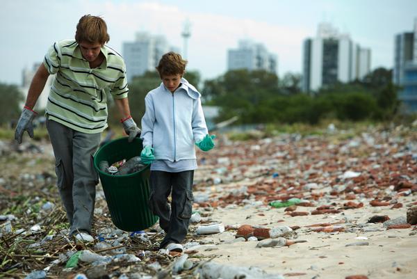 Dos niños recogiendo material reciclable en un basurero (GTRES).