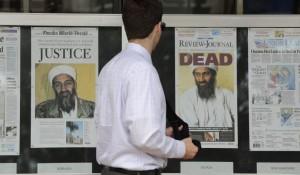 Un hombre pasa ante portadas que muestran imágenes de Osama Bin Laden.  (Michael Reynolds/EFE Archivo)