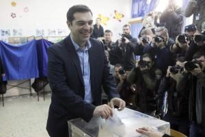 """Alexis Tsipras, candidato de Syriza, en el momento de depositar su voto, tras el que afirmó que """"el pueblo heleno va a dar el último paso para recobrar su dignidad, para vivir un futuro con solidaridad"""""""