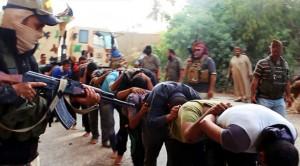 Militantes de Estado Islámico apuntan a un grupo de soldados iraquíes. (Archivo/ GTRES)
