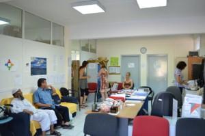 Ciudadanos esperan para ser atendidos en la clínica  social de Elliniko. (Foto: Susanna Arús y Blanca Blay)