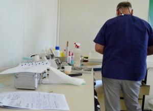 Un médico voluntario en la clínica social de Elliniko. (Foto: Susanna Arús y Blanca Blay)