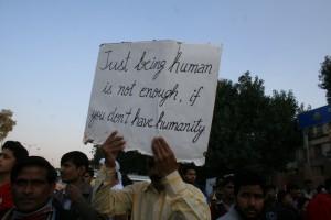 """""""Ser humano no es suficiente, si no tienes humanidad"""".2012. Flickr. Ramesh Lalwani"""
