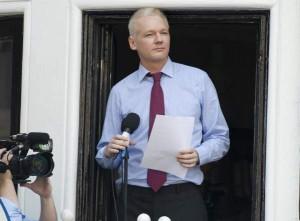 Desde el balcón de la Embajada de Ecuador, Assange se ha dirigido a los medios y a sus seguidores. En este caso, tras no conseguir representación en el senado australiano, anunció que su partido WikiLeaks continuaría con su actividad. / EFE