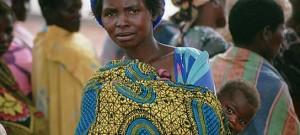 Una mujer etíope con su hijo. Muchas africanas son discriminadas por el simple hecho de ser mujer / Ayuda en Acción.