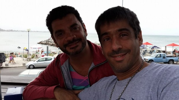 Otras épocas: Alex Freyre y José María di Bello, juntos en una ciudad balnearia. Fuente: Facebook.