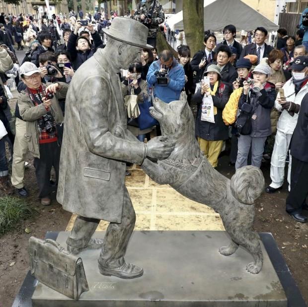 La estatua que representa la comunión entre Hachiko y el profesor Ueno. Universidad de Tokio.