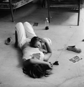 Una mujer salvadoreña de el pecho a su hijo en un refugio para inmigrantes en México / Michelle Frankfurter - Courtesy FotoEvidence