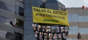 Captura del vídeo en el que activistas de Greenpeace se descuelgan de la sede de Shell en Madrid / Greenpeace